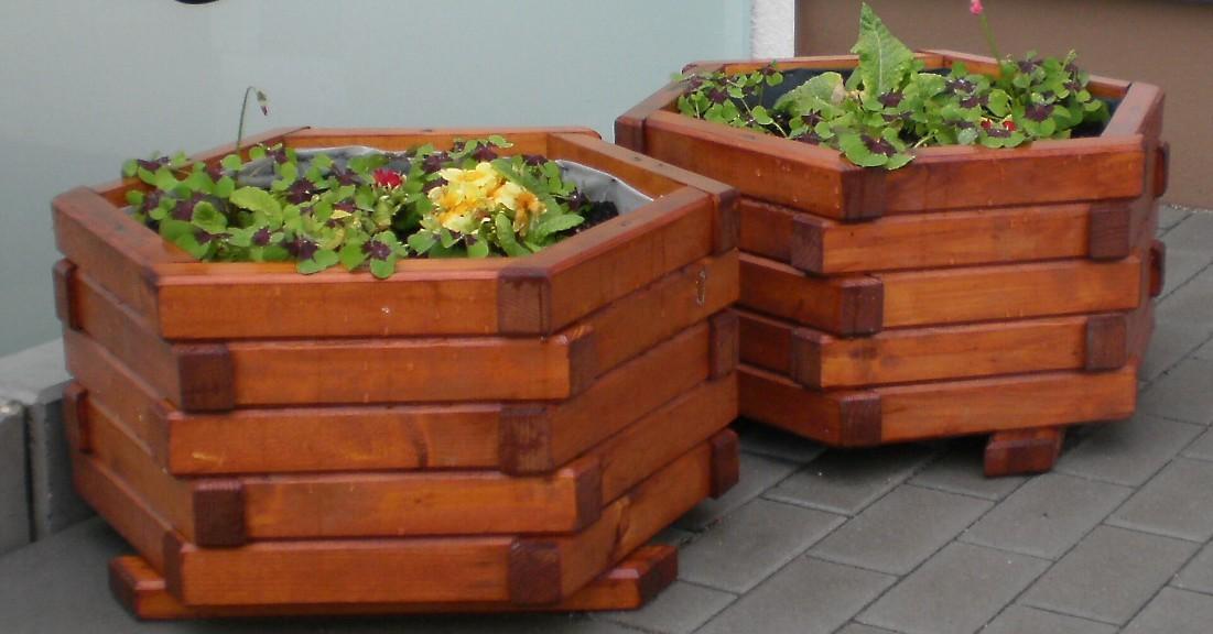 Blumenkübel mit Holzrost